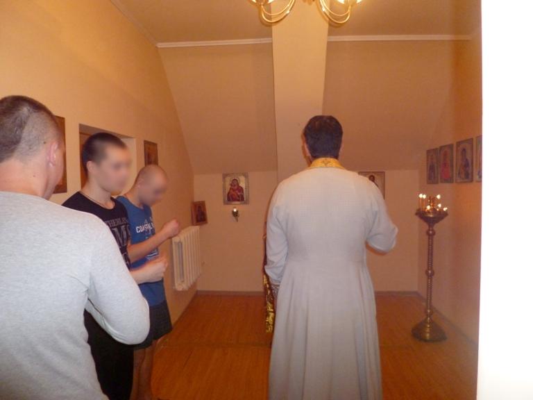 В молельной комнате учреждения священнослужитель провел с подростками духовно-нравственные беседы на жизнеутверждающие темы, а затем совершил Таинства Исповеди и Причастия